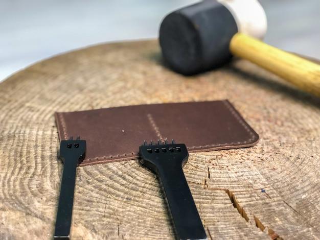 Мастер кожаных изделий производит работу из кожи