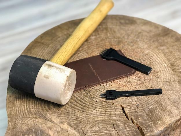 Мастер кожаных изделий производит работу из кожи.