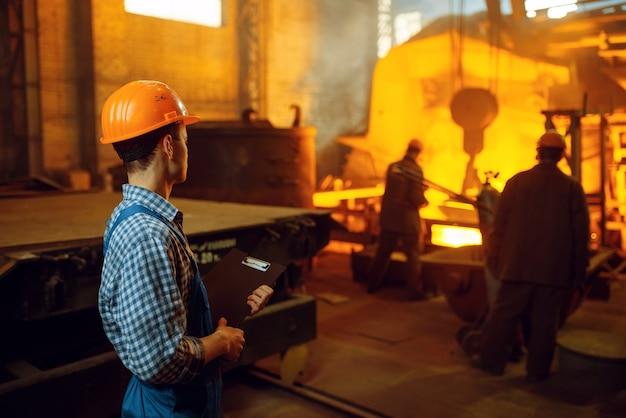 マスターは、炉、鉄鋼工場、冶金または金属加工産業、工場での金属生産の工業生産における製鋼プロセスに注目しています
