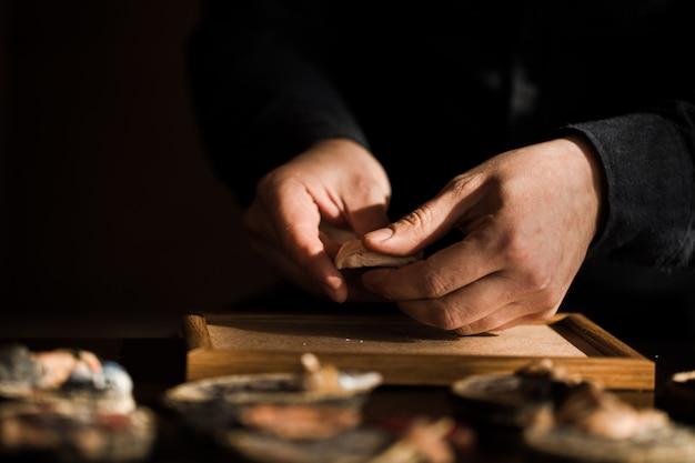 アトリエで石の彫刻を作るマスター