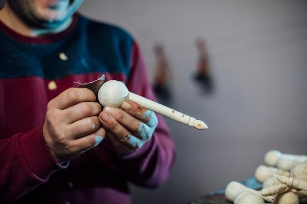 Мастер чистки деревянных фигурок. фото высокого качества