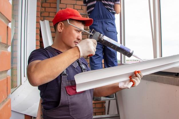 Мастера устанавливают ремонт подоконников в домостроении