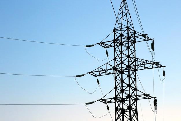 배경 푸른 하늘에 돛대와 전선입니다. 산업 전기 산업