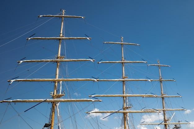 帆を組み立てた状態で港に係留された帆船のマスト