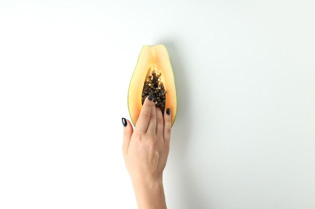 Концепция мастурбации с женской рукой и папайей на белом фоне