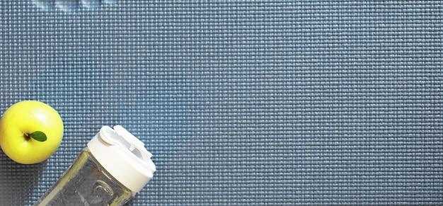 바닥에서 요가 연습을 위한 매트. 건강한 생활.