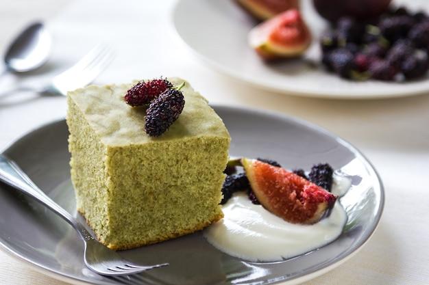 무화과, 뽕나무, 생크림을 곁들인 말차 케이크