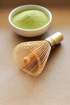 Матча тонкий порошкообразный зеленый чай на бумажной текстуре