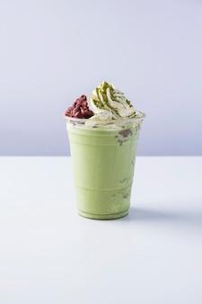 Матча фраппе со взбитыми сливками и сладкой красной фасолью, молочный коктейль с зеленым чаем