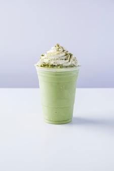 Матча фраппе со взбитыми сливками, молочный коктейль с зеленым чаем