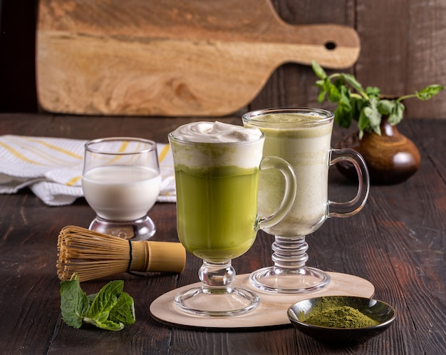 Зеленый латте чай матча, порошок матча и бамбуковый венчик