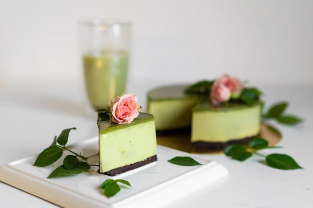 Торт с зеленым чаем матча. вкусный торт маття. кусок пирога.