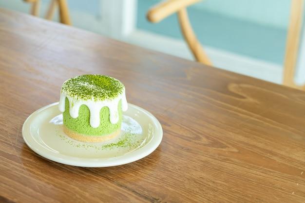 Чизкейк с зеленым чаем матча на столе в кафе-ресторане
