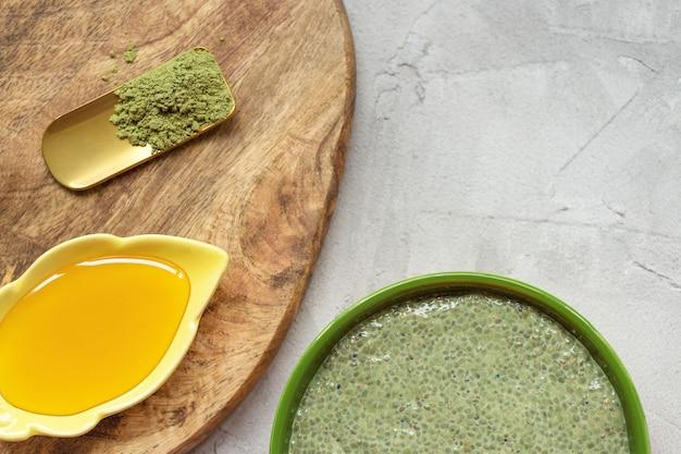 Чаша для пудинга с семенами чиа с зеленым чаем матча и медовый суперпродукт и веганская концепция