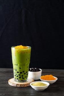 Латте из зеленого чая матча с пузырьками и медовыми пузырьками