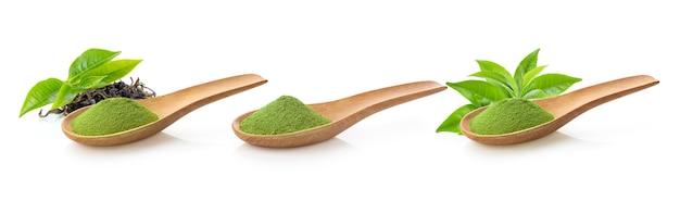 Порошок зеленого чая матча в деревянной ложке с листьями, изолированными на белой поверхности