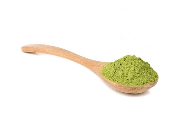 Порошок зеленого чая матча с деревянной ложкой, изолированные на белом фоне