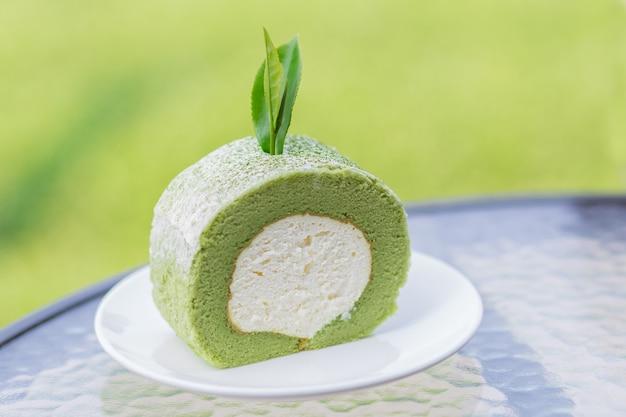 말차 롤 케이크, 안에 흰색 바닐라 크림이 있는 일본식 디저트 스타일