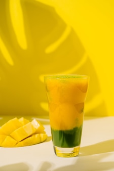 Веганский смузи с зеленым чаем матча и манго