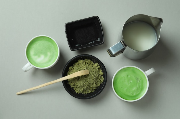 ライトグレーの背景に作る抹茶ラテとアクセサリー