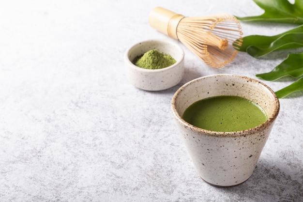 白地に抹茶ラテ日本茶。