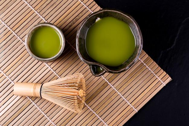 Взгляд сверху matcha зеленого чая в шаре на деревянной поверхности