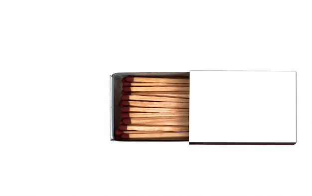Спички в открытой коробке на белом изолированном фоне с макетом