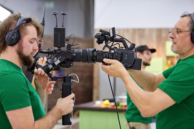 세트에 일치하는 카메라. 영화 촬영이나 비디오 제작의 비하인드, 영화 제작진은 야외에서 카메라 장비를 사용합니다.