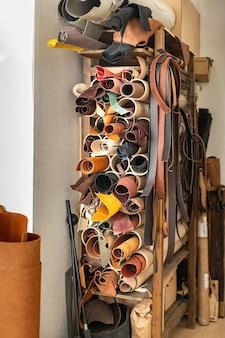 Материал для изготовления ручной работы на складе кожевенного цеха при кожевенном заводе.