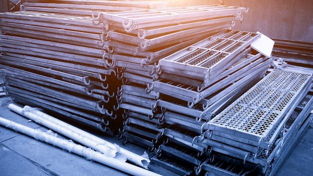 足場の材料ヤード:鋼製足場ボード