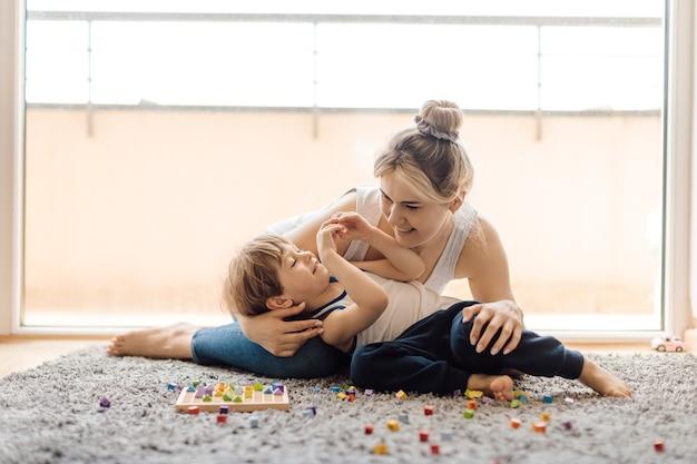 幼い息子に対する母親の優しさ。愛とケア。タッチの重要性。家族の幸福。