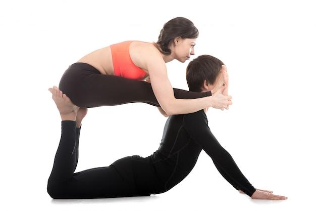 Mates facendo esercizi di equilibrio insieme