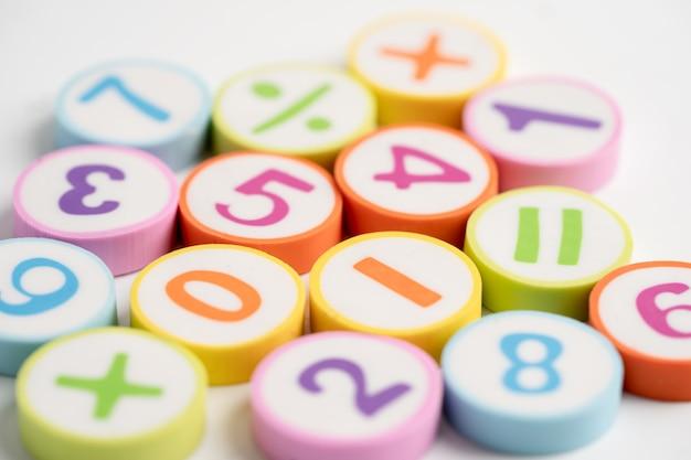 Математический номер красочный на белом фоне, образование, изучение математики, обучение, концепция. Premium Фотографии