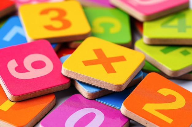 Математический номер разноцветные кусочки