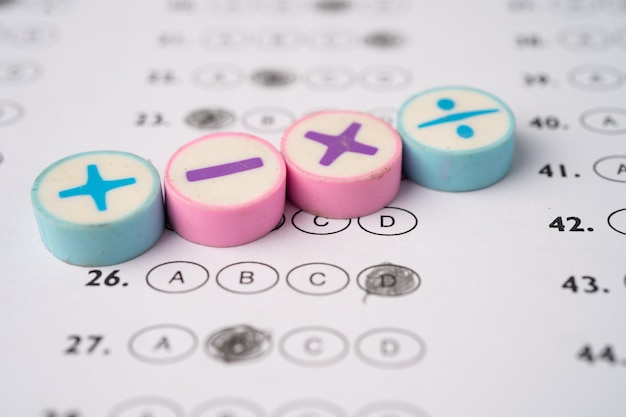 Математический символ на листе ответов
