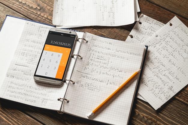 노트북에 쓰여진 수학 방정식. 계산기 앱.