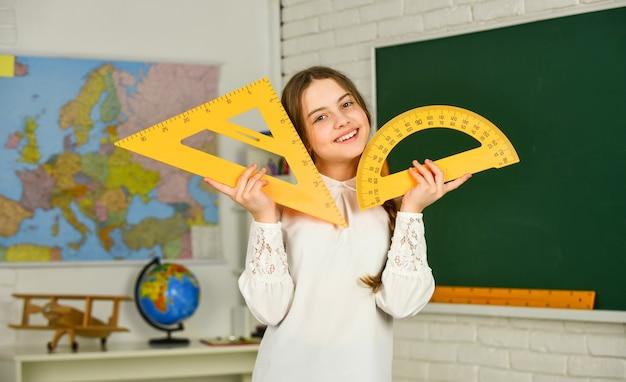 数学幾何学に夢中になっている大学の学校教育に戻る女子高生分度器