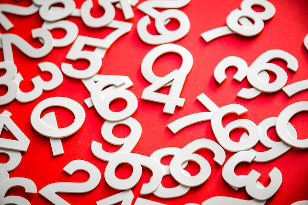 ボード上の固体の数字で作られた数学の背景。赤で隔離