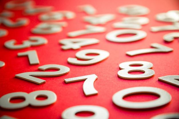 Математический фон с твердыми числами на доске. изолированные на красном