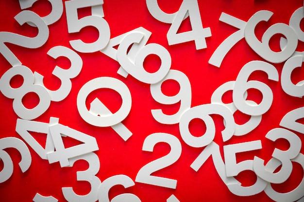 Математический фон с твердыми числами на доске. вид сверху, изолированные на красном