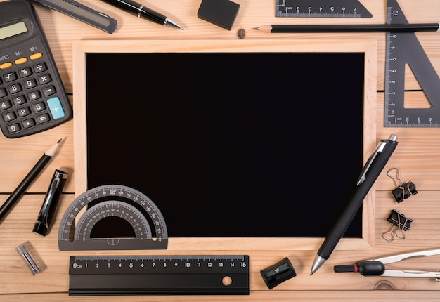 계산기와 빈 칠판 기본 수학 수학 장비 도구입니다.