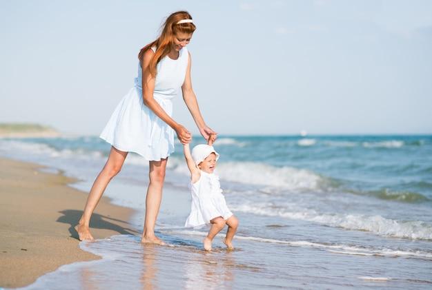 Мать и ребенок на берегу океана