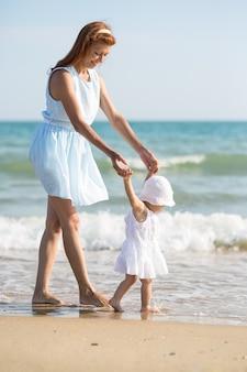 Мать и ребенок на морском пляже