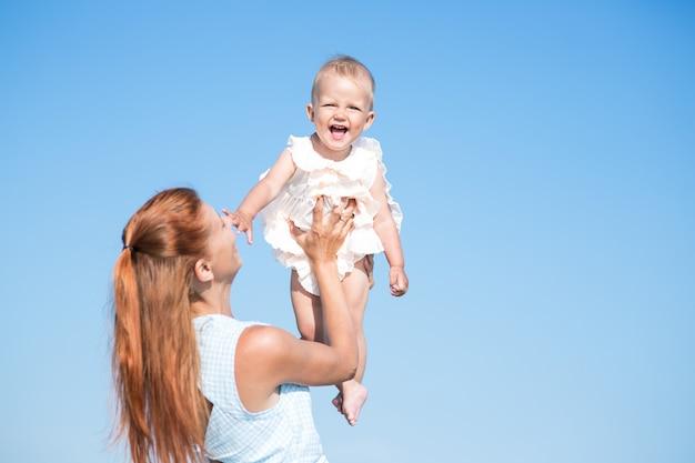 Мать и ребенок над голубым небом