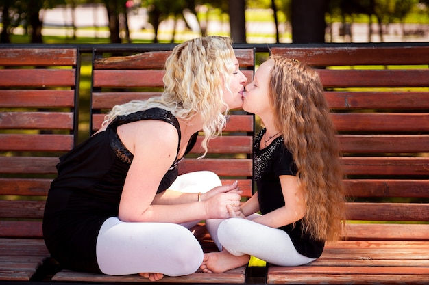 Мазер и ее дочь в парке.