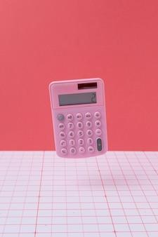 계산기가 떠 있는 수학 배열
