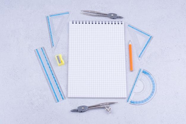 Concetto di matematica con un pezzo di carta controllata e strumenti intorno