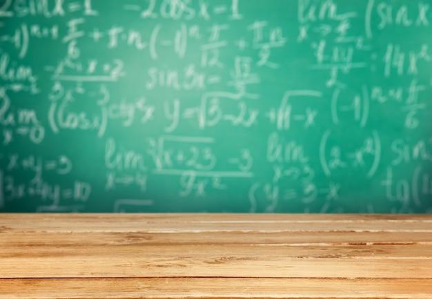 黒板の背景にチョークで書かれた数式。