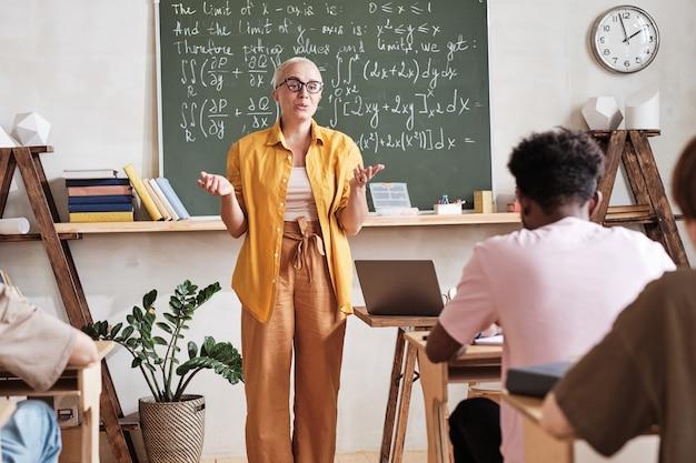 Учитель математики учит студентов в школе