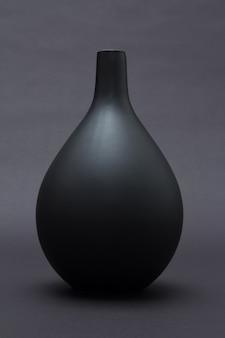 分離された黒い背景の上のマットな黒いセラミック花瓶